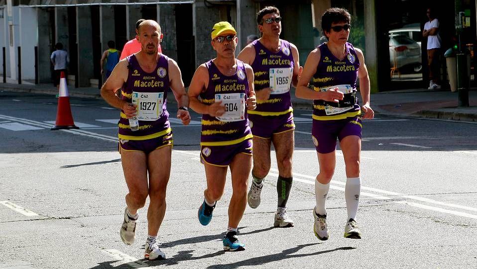MaratonCoruña Miguel apoyado por el equipo